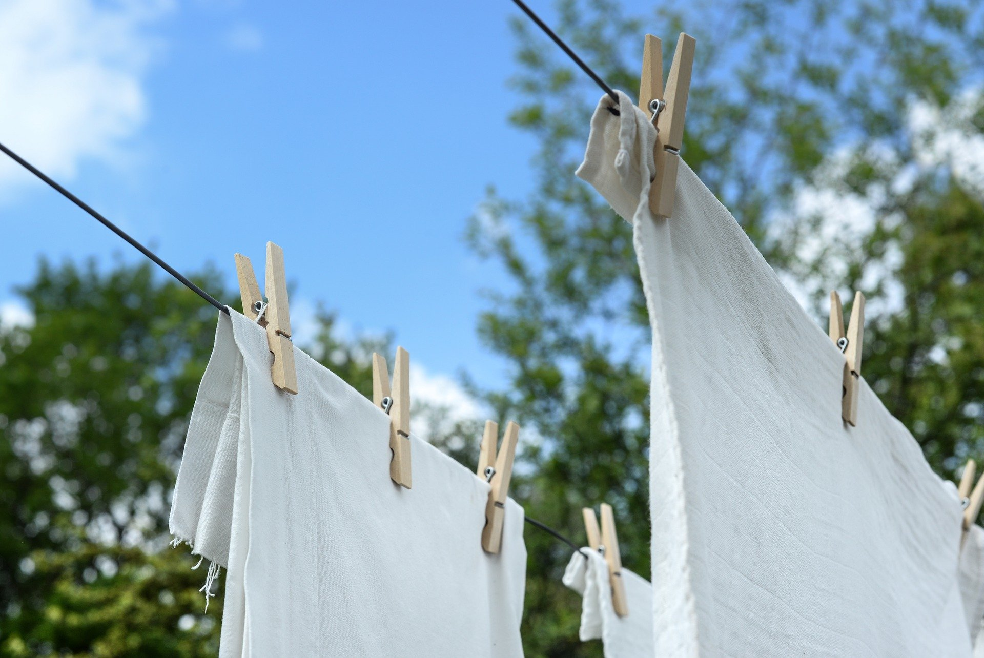 https://pixabay.com/photos/white-laundry-hanging-dry-clean-3395699/