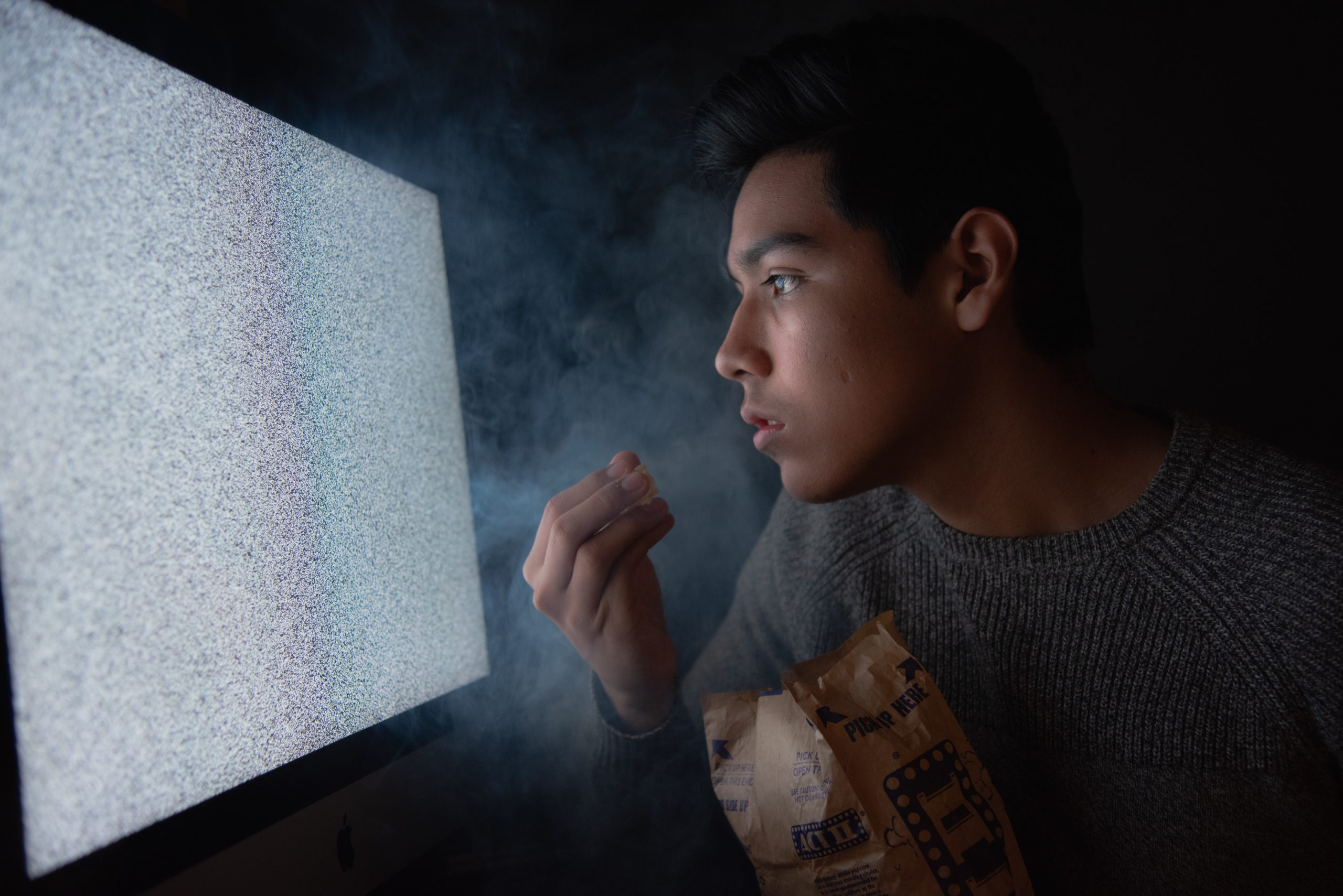 https://www.pexels.com/photo/man-eating-chips-while-watching-tv-3571503/